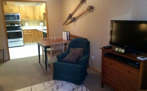 Griz Inn Fernie – 1-Bedroom Apartment – Unit 209 -Dining-Area